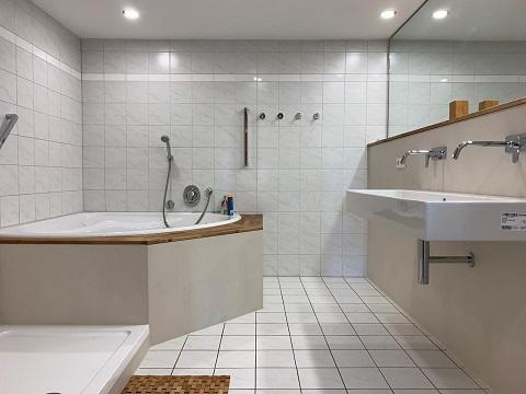 Fugenlose Spachtelung- Teilsanierung Badezimmer ohne Fliesen