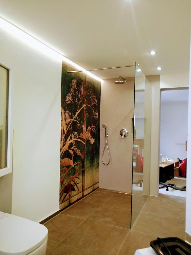 Wand- und Deckenheizung in einem fugenlosen Bad